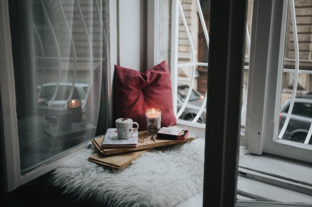 Cozy reading nook | flimsylion.com